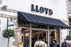 Roermond Nederländerna 07 05 Logoen 2017 och shoppar av LLOYD Clothes Store Mc Arthur Glen Designer Outlet som shoppar område Royaltyfri Foto
