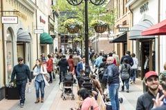 Roermond Nederländerna 07 05 2017 personer som omkring går på det Mc Arthur Glen Designer Outlet köpcentrumområdet Royaltyfri Bild