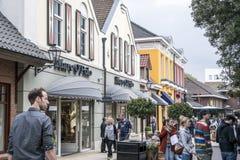 Roermond Nederländerna 07 05 2017 personer som omkring går på det Mc Arthur Glen Designer Outlet köpcentrumområdet Arkivbild
