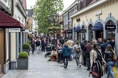 Roermond Nederländerna 07 05 2017 personer som omkring går på det Mc Arthur Glen Designer Outlet köpcentrumområdet Royaltyfri Fotografi
