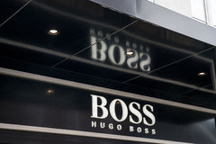 Roermond, Nederland 07 05 2017 Embleem en winkel van het winkelen van Hugo Boss Store Mc Arthur Glen Designer Outlet gebied Royalty-vrije Stock Foto