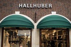 Roermond Nederland 07 05 2017 Embleem van de Hallhuber-Opslag in het Mc Arthur Glen Designer Outlet het winkelen gebied Stock Afbeeldingen