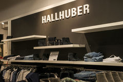 Roermond Nederland 07 05 2017 Embleem van de Hallhuber-Opslag in het Mc Arthur Glen Designer Outlet het winkelen gebied Royalty-vrije Stock Afbeeldingen