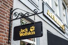 Roermond Nederland 07 05 2017 Embleem van Jack Wolfskin Outdoor-Mc Arthur Glen Designer Outlet van de klerenopslag het winkelen g Royalty-vrije Stock Afbeeldingen