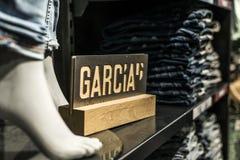 Roermond, Nederland 07 05 2017 Jeans van Stapel de blauwe superslim bij de Opslag van Garcia met Logo Mc Arthur Glen Designer-Afz Royalty-vrije Stock Foto
