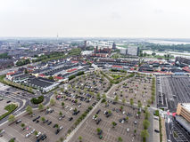 Roermond, Países Baixos 07 05 A antena 2017 disparou na opinião do céu sobre o horizonte da área de compra de Mc Arthur Glen Desi Foto de Stock Royalty Free