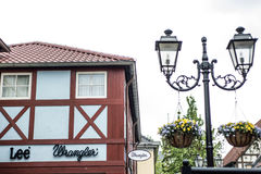 Roermond Países Baixos 07 05 Logotipo 2017 da loja das calças de brim do wrangler do Lee na área de compra de Mc Arthur Glen Desi Fotos de Stock