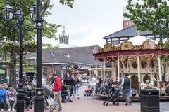Roermond, Países Baixos 07 05 2017 povos que andam ao redor na área do shopping de Mc Arthur Glen Designer Outlet Imagem de Stock