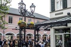 Roermond, Países Baixos 07 05 2017 povos que andam ao redor na área do shopping de Mc Arthur Glen Designer Outlet Foto de Stock