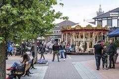 Roermond, Países Baixos 07 05 2017 povos que andam ao redor na área do shopping de Mc Arthur Glen Designer Outlet Imagens de Stock