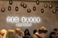Roermond Países Bajos 07 05 Área 2017 de compras de Ted Baker London Store Mc Arthur Glen Designer Outlet de la gente del logotip Foto de archivo libre de regalías