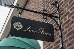 Roermond Países Bajos 07 05 El logotipo 2017 de la ropa de Loro Piana almacena área de compras de Mc Arthur Glen Designer Outlet Foto de archivo libre de regalías