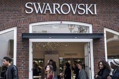 Roermond, Países Bajos 07 05 El logotipo 2017 y la tienda de Swarovski almacenan área de compras de Mc Arthur Glen Designer Outle Imagen de archivo libre de regalías