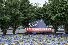 Roermond, Países Bajos 07 05 Logotipo de la muestra de 2017 entradas entre los fowers del área de compras de Mc Arthur Glen Desig Fotografía de archivo libre de regalías
