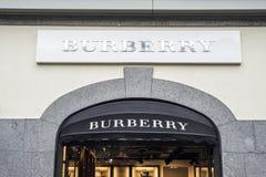 Roermond Países Bajos 07 05 Logotipo 2017 de la tienda de Burberry en el área de compras de Mc Arthur Glen Designer Outlet Imágenes de archivo libres de regalías