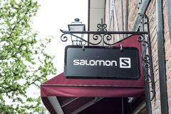 Roermond Países Bajos 07 05 Logotipo 2017 de la tienda de los deportes de Salomon en el área de compras de Mc Arthur Glen Designe Fotos de archivo libres de regalías