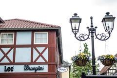 Roermond Países Bajos 07 05 Logotipo 2017 de la tienda de los vaqueros de Lee Wrangler en el área de compras de Mc Arthur Glen De Fotos de archivo