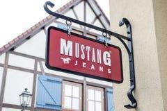 Roermond Países Bajos 07 05 Logotipo 2017 de la tienda de los vaqueros del mustango en el área de compras de Mc Arthur Glen Desig Foto de archivo
