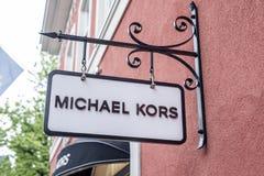 Roermond Países Bajos 07 05 2017 logotipo del MK - Michael Kors Store en el área de compras de Mc Arthur Glen Designer Outlet Foto de archivo libre de regalías