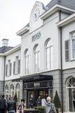 Roermond, Países Bajos 07 05 Logotipo 2017 y tienda del área de compras de Hugo Boss Store Mc Arthur Glen Designer Outlet Imágenes de archivo libres de regalías
