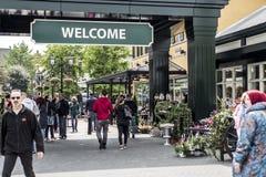 Roermond, Países Bajos 07 05 2017 personas que dan une vuelta en el área del centro comercial de Mc Arthur Glen Designer Outlet Fotografía de archivo