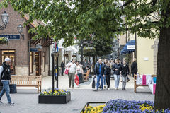 Roermond, Países Bajos 07 05 2017 personas que dan une vuelta en el área del centro comercial de Mc Arthur Glen Designer Outlet Fotos de archivo libres de regalías