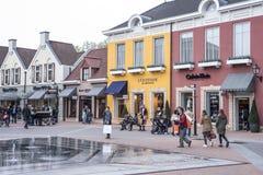 Roermond, Paesi Bassi 07 05 2017 persone che camminano intorno all'area del centro commerciale di Mc Arthur Glen Designer Outlet Immagini Stock