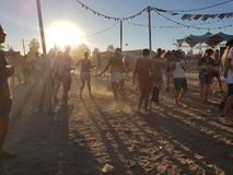 Roermond, Pays-Bas - 24 août 2018 : festival de danse solaire Lever de soleil et brouillard, les jeunes heureux de danse, horizon photos libres de droits