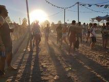 Roermond, Pays-Bas - 24 août 2018 : festival de danse solaire Lever de soleil et brouillard, les jeunes heureux de danse, horizon image stock