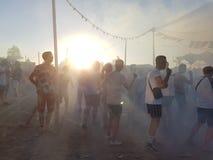 Roermond, Pays-Bas - 24 août 2018 : festival de danse solaire Lever de soleil et brouillard, les jeunes heureux de danse, horizon images libres de droits