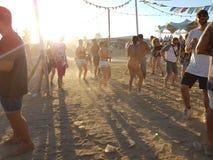 Roermond, Pays-Bas - 24 août 2018 : festival de danse solaire Lever de soleil et brouillard, les jeunes heureux de danse, horizon image libre de droits