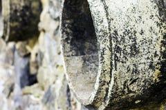 Roest en corrosie in de pijp en metaalhuid Corrosie van metaal Roest van metalen De Watervervuiling van de drainagepijp in rivier Royalty-vrije Stock Afbeeldingen
