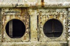 Roest en corrosie in de pijp en metaalhuid Corrosie van metaal Roest van metalen De Watervervuiling van de drainagepijp in rivier Stock Foto