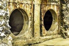 Roest en corrosie in de pijp en metaalhuid Corrosie van metaal Roest van metalen De Watervervuiling van de drainagepijp in rivier Stock Fotografie