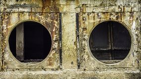 Roest en corrosie in de pijp en metaalhuid Corrosie van metaal Roest van metalen De Watervervuiling van de drainagepijp in rivier Royalty-vrije Stock Fotografie