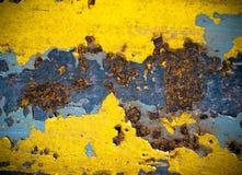 Roest op geel kleurenstaal stock afbeelding