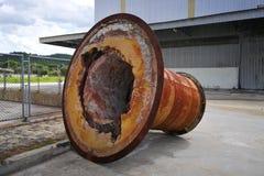 Roestend groot die machinedeel, in openlucht in een fabrieksgebied wordt geplaatst Royalty-vrije Stock Foto