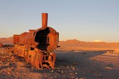 Roestende locomotief bij zonsondergang Royalty-vrije Stock Foto's