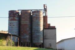 Roestende silo's bij een oude malenfaciliteit Royalty-vrije Stock Fotografie