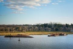 Roestig aan de grond gezet schipwrak die op ondiep water in Campana rivier, Argentinië leggen stock fotografie