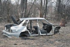 Roestig autokader in de bos Ecologische problemen stock foto