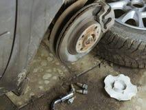Roestig beugel voorwiel van de auto in de garage Royalty-vrije Stock Foto