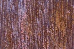 Roestig blad van ijzer, met sporen van verf in strepen stock afbeeldingen
