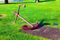 Roestig bootanker op gras Royalty-vrije Stock Afbeeldingen