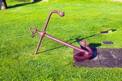 Roestig bootanker op groen gras Royalty-vrije Stock Foto
