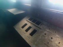 Roestig controlebord op gedaald schip stock afbeelding