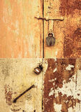 Roestig deur en slot stock afbeeldingen