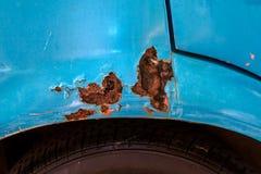 Roestig en kleur gekrast van oude auto stock afbeeldingen