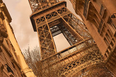 Roestig en wijnoogst bekijk de Toren van Eiffel tussen twee gebouwen wordt omringd dat Royalty-vrije Stock Foto