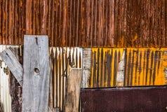 Roestig golfmetaal met houten muur Royalty-vrije Stock Fotografie